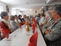 Besucher bei Tisch